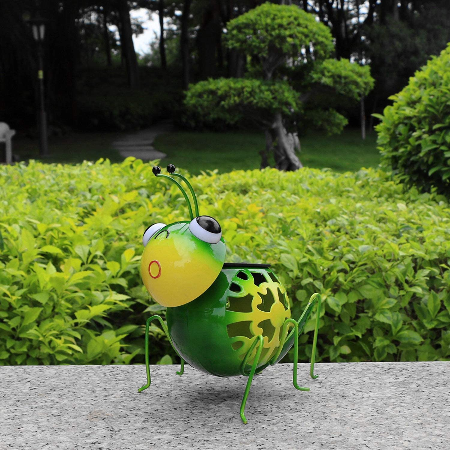 Metal Garden Art,Steel Green Grasshopper Figurines with Solar Lights for Lawn Patio Outdoor Garden Decor and Ornaments,Outdoor and Indoor Statue