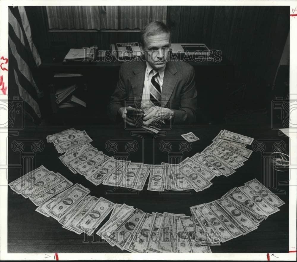 Historic Images 1983 Press Photo Bill Livingood, Secret Service with Counterfeit Money, Houston