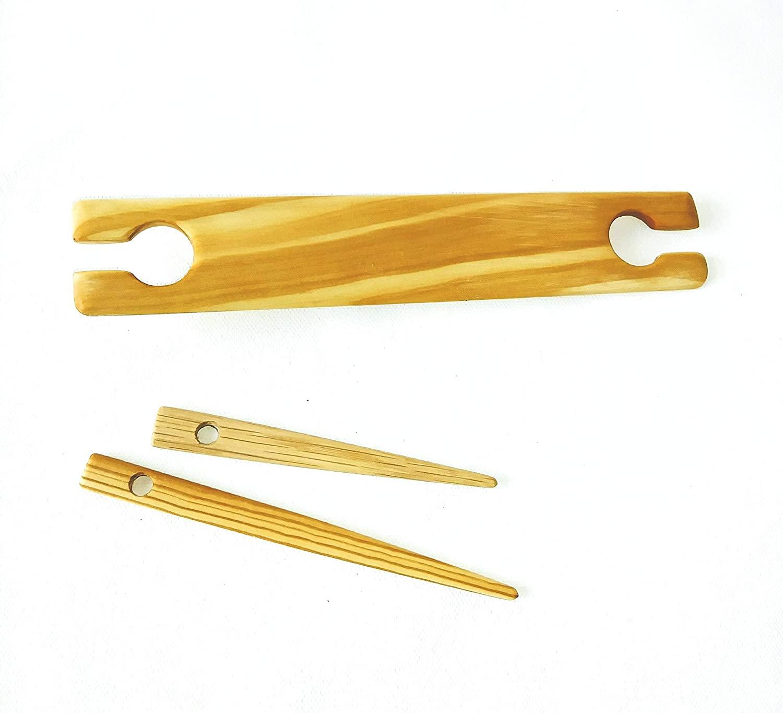 22 inch single weaving stick shuttle. 2 free needles. Oak (1.5 inch wide)