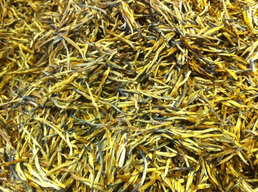 Black tea with golden needle shape, highest grade 745 gram in bag packing