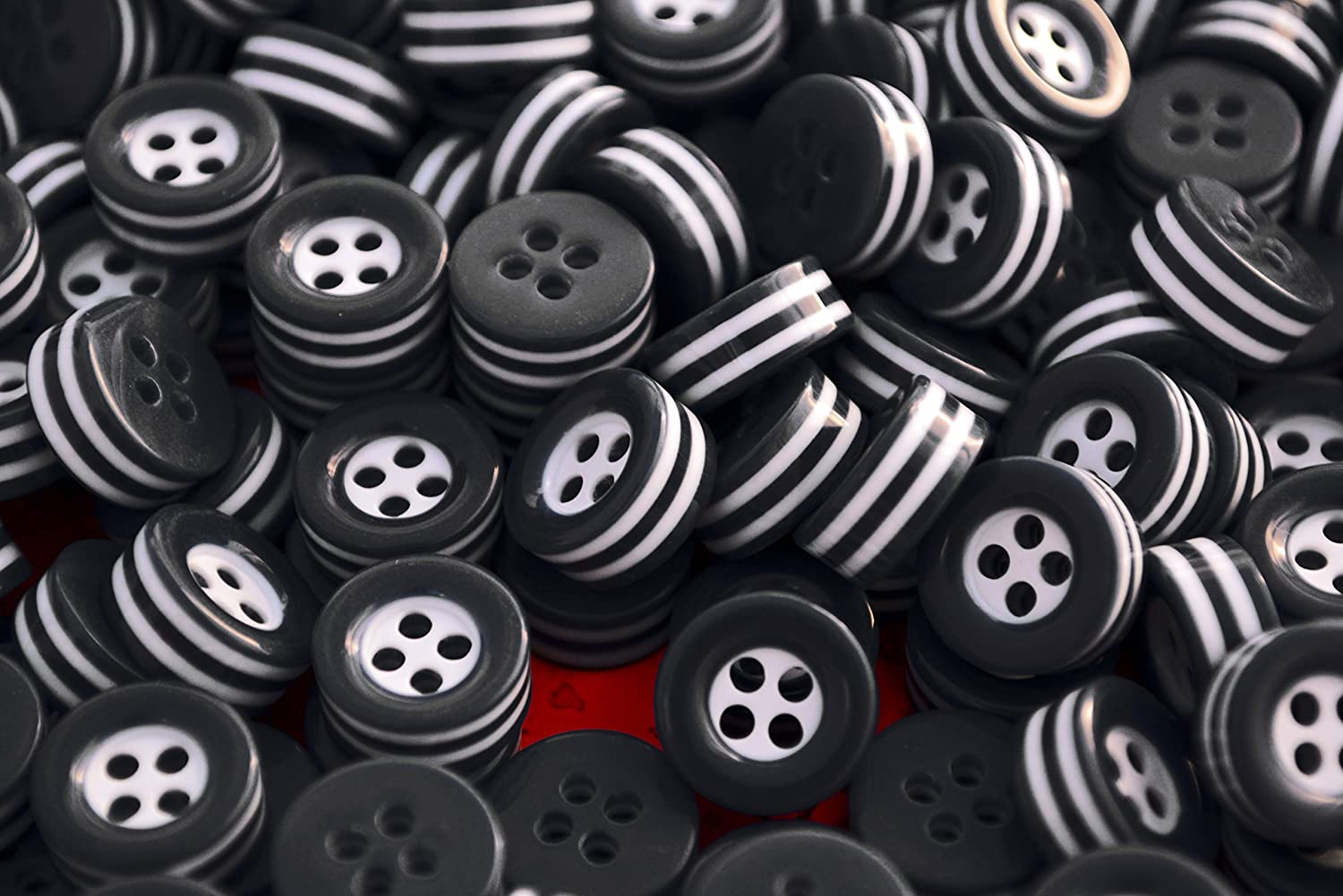 20 white and black STRIPED BUTTONS - 5mm thick! - choose from sizes 18L 16L 14L - great quality - Made in ITALY (18L 5mm thick)