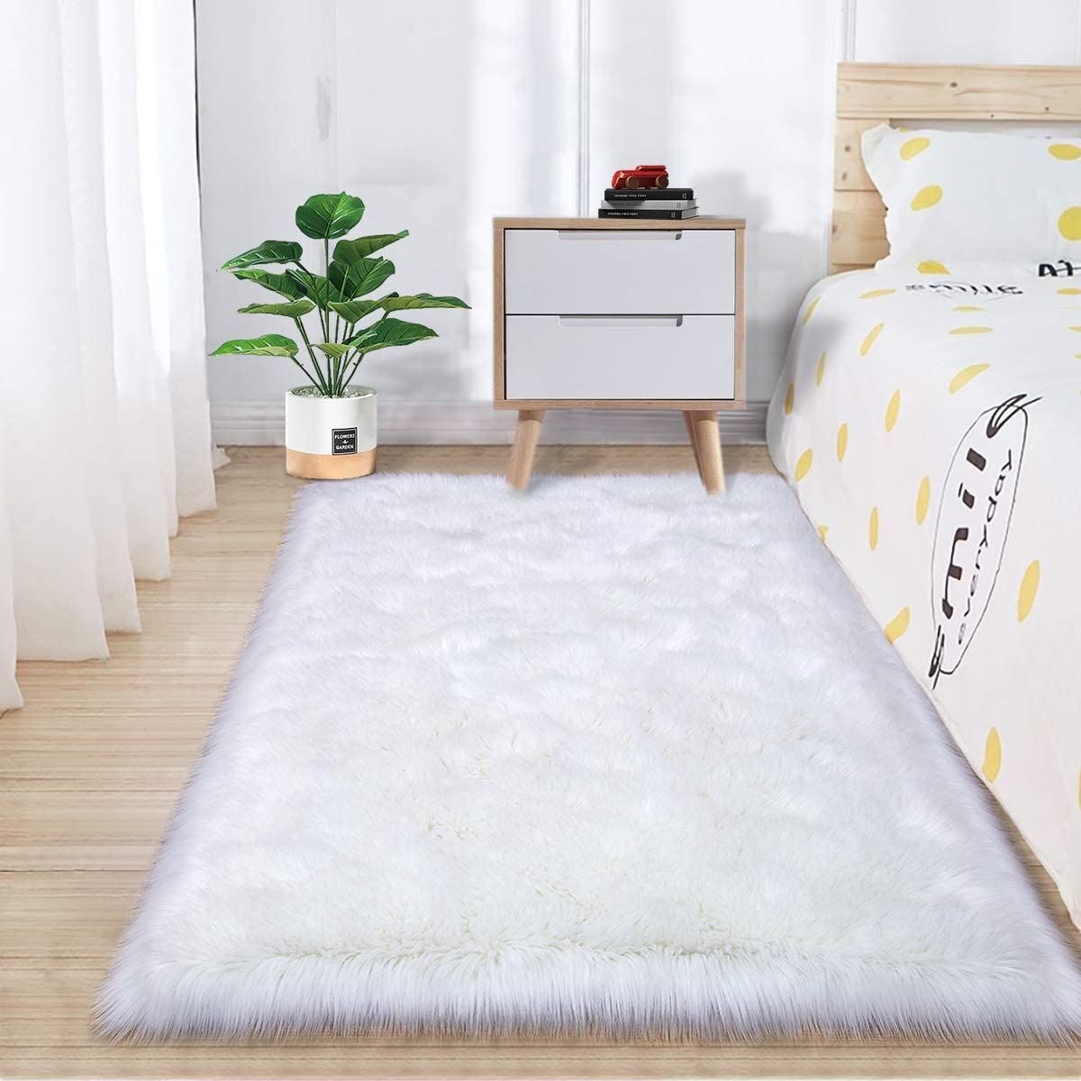 Zareas Super Soft Fluffy Bedroom Rugs, Luxurious Plush Faux Fur Sheepskin Area Rugs for Living Room Indoor Floor Couch Chair Vanity Home Decor Nursery Kids Girls Shaggy Carpet, White (2 x 3 Feet)